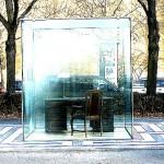 Adornos Schreibtisch hinter Glas